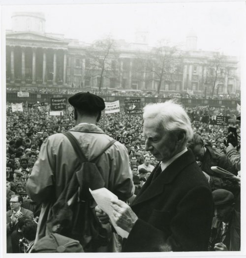 Londra, Trafalgar Square, 1961. Bertrand Russell si prepara a pronunciare un discorso al termine dell'Aldermaston March