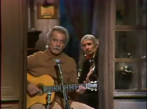 "Georges Brassens nel video de ""Les Passantes"", assieme all'amico Pierre Louki."