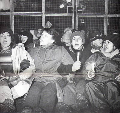 Greenham Common RAF Airfield, 1982. Women Singing. Base aerea di Greenham, 1982. Donne che cantano.