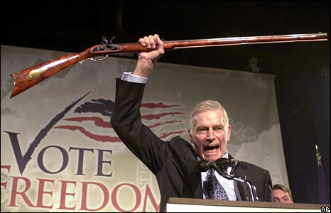 Charlton Heston alla NRA