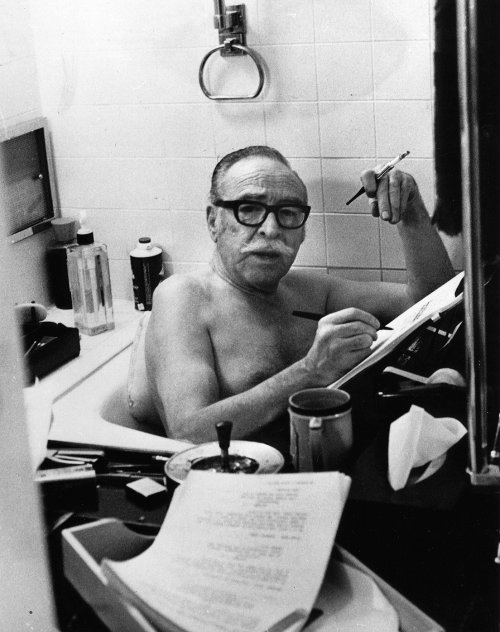 Dalton Trumbo mentre scrive nella sua vasca da bagno. Dalton Trumbo writing in his bathtub.