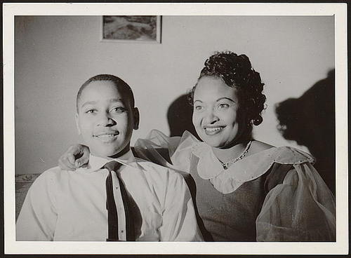 Emmett Till e sua madre Mamie poco prima dell'assassinio razzista del ragazzo. Emmett Till and his mother Mamie shortly before the young man's racist murder.