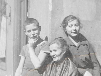 Attila József, his sister Etelka and their mother Borbala. The woman died at 43.