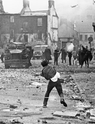 Derry, august 1969 – Petrol bombs vs. rubber bullets