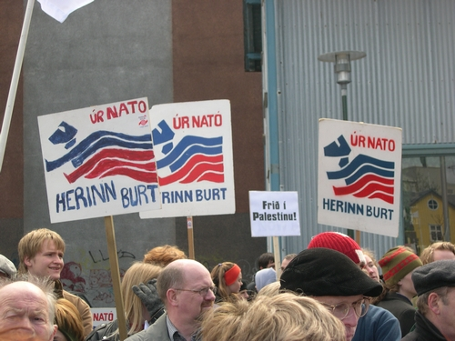 "Reykjavík, 1° maggio 2004. ""Via dalla NATO, via l'esercito, Pace in Palestina"". Reykjavík, 1st May 2004. ""Away from NATO, army away, peace in Palestine!"""